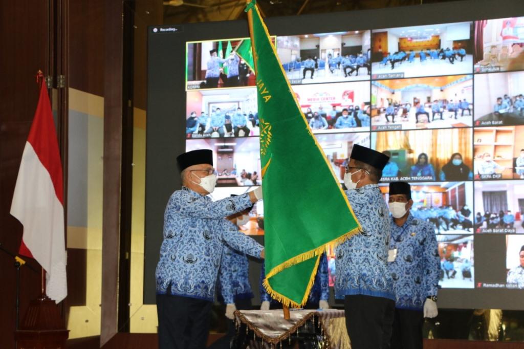 Penyerahan Bendera Pataka KORPRI Dari Sekda Provinsi Aceh dr. Taqwallah., M.Kes Kepada Sekda Kab. Pidie Jaya Ir. Jailani