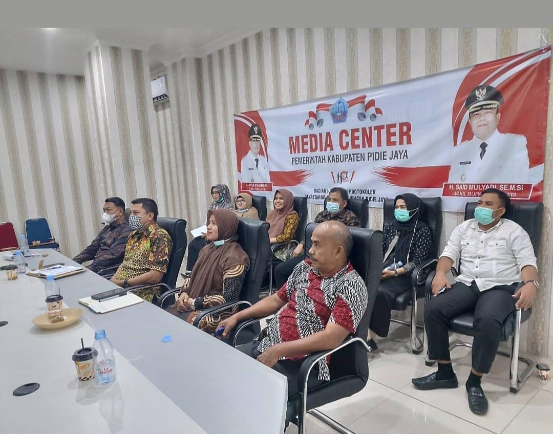 Kaban BKPSDM Kab. Pidie Jaya Helmi, S.STP, M.Si didampingi Sekretaris BKPSDM serta Kabid, Staf sedang mengikuti Rakornas Kepegawaian Nasional Tahun 2021 Melalui Virtual di Media Center Humas Setdakab setempat.